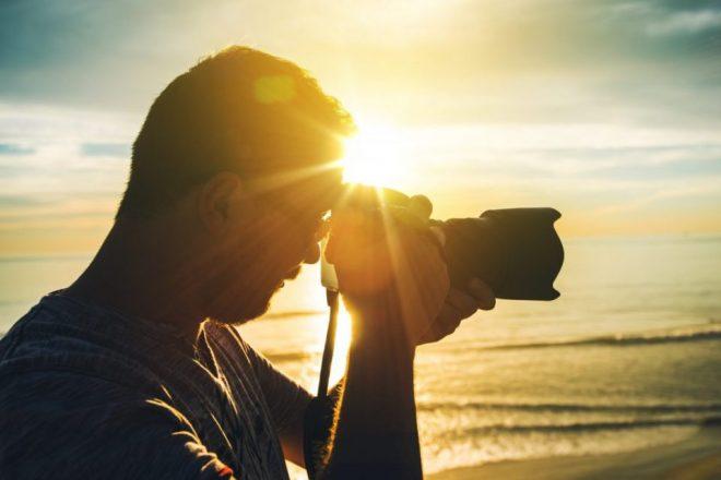写真を撮影しているカメラマン