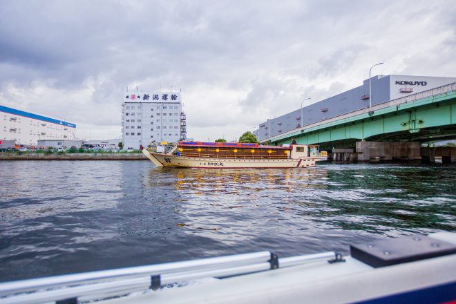 橋の下をくぐる屋形船
