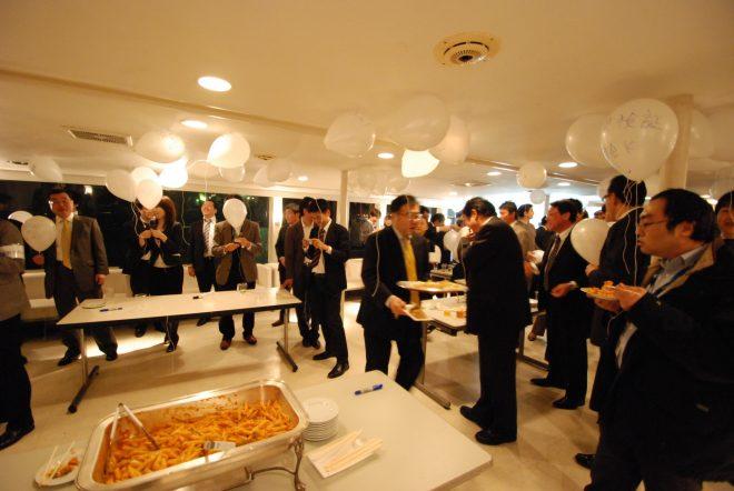 白で統一された船内でパーティー