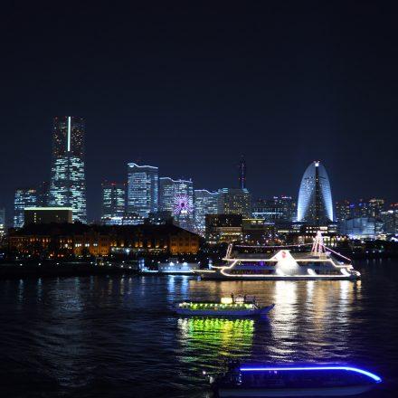横浜の夜景と数隻の船