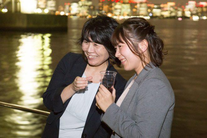 船の上で笑顔の女性
