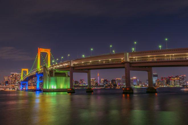レインボーブリッジと都会の街並みが美しい夜景