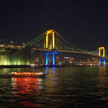 ライトアップされたレインボーブリッジと屋形船