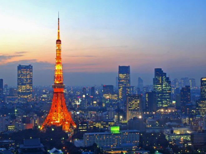 都会の街並みとライトアップされた東京タワー