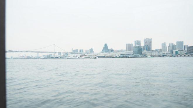 船の窓から見える景色