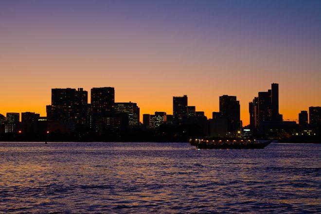 夕暮れ時の東京湾に浮かぶ屋形船