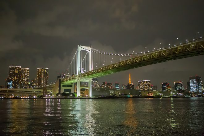 ライトアップされたレインボーブリッジと東京タワー