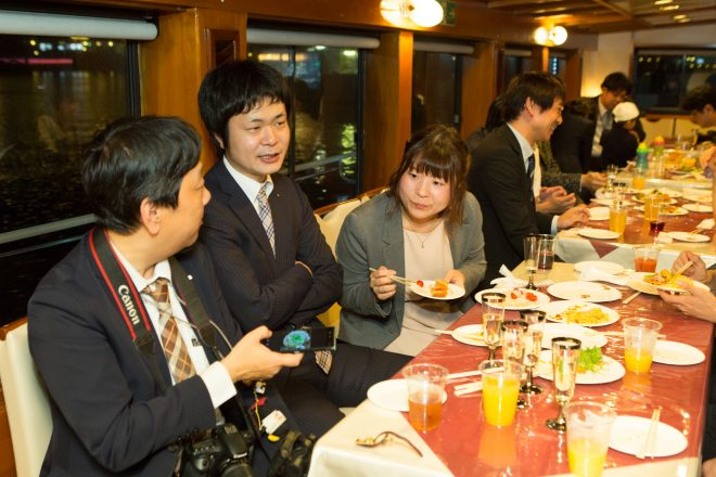 食事をしながら会話を楽しむ人たち