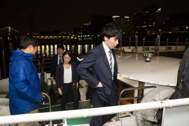 船に乗り込む人たち