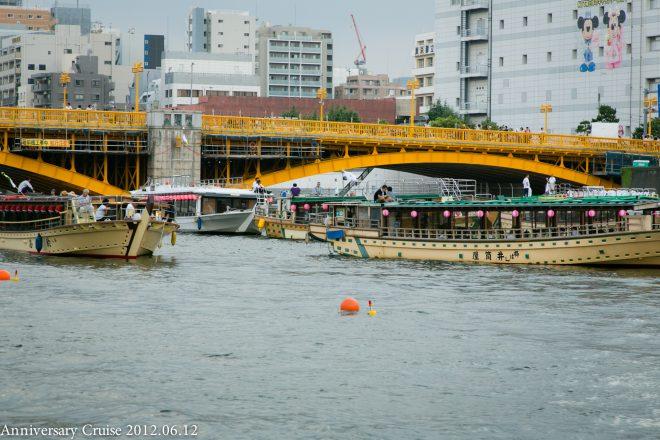 川に浮かぶ数隻の和風屋形船