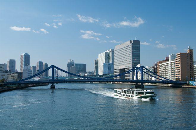 隅田川を進む船