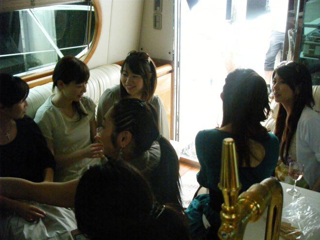 船内で楽しそうに話す女性たち