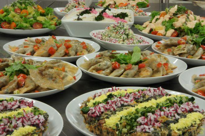 彩り鮮やかな大皿料理