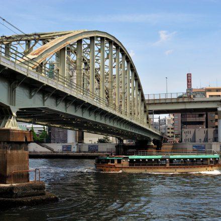 橋の下を進む屋形船