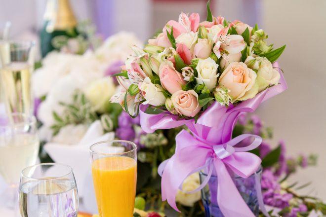 テーブルに飾られた綺麗な花と飲み物