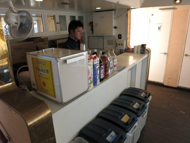 船内のバーカウンター
