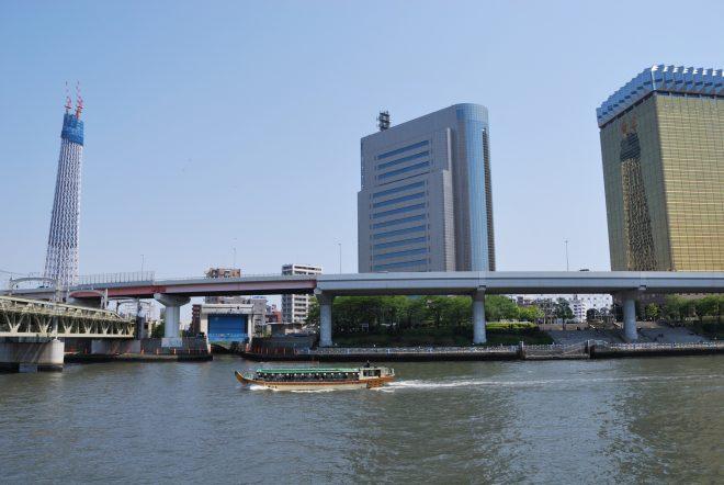 川を進む屋形船