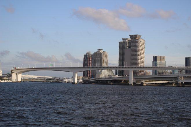 海から見える都会の景色