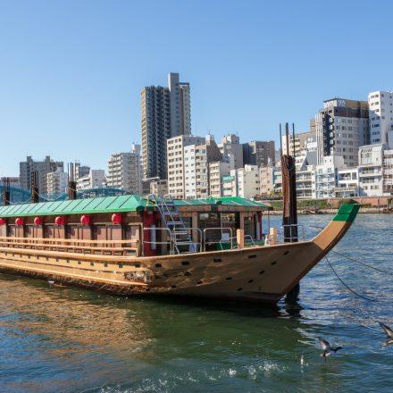 停泊する和風屋形船