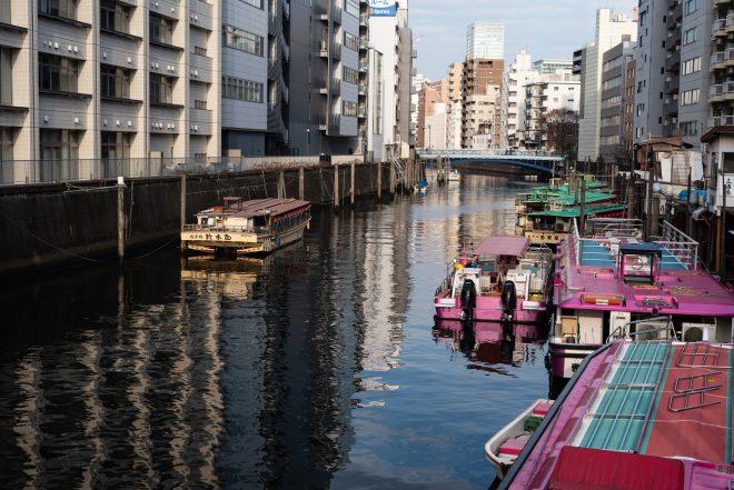 川に停泊する屋形船