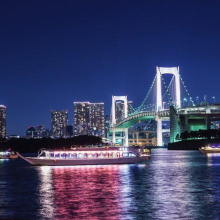 ライトアップされた橋と数隻の船