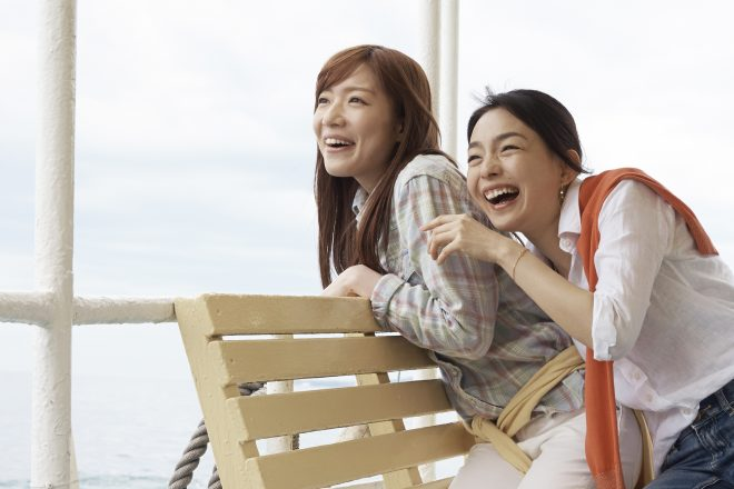 船の上で楽しそうな女性たち