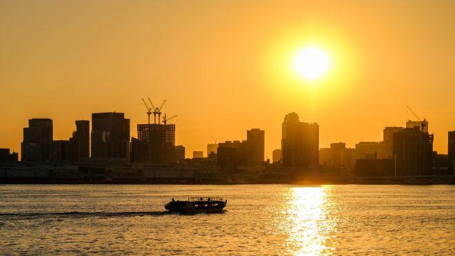 大きな夕日と海に浮かぶ船