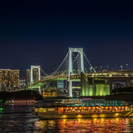 夜のレインボーブリッジと屋形船
