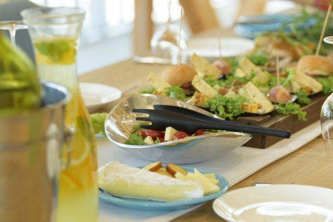 チーズやサラダなどの料理が並ぶ