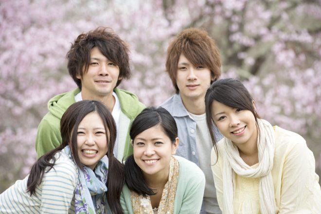 桜の前で集合写真