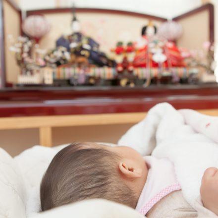 赤ちゃんとひな人形