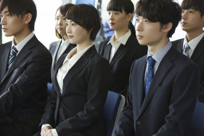 入社式に出席する新入社員