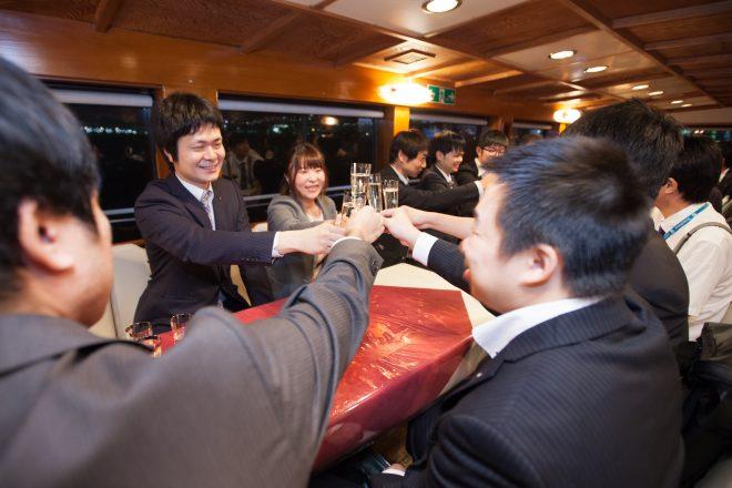 船内で乾杯する人たち