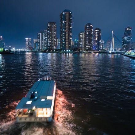 夜の海を進む屋形船