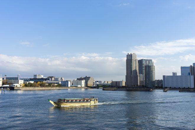 川を進む和風屋形船