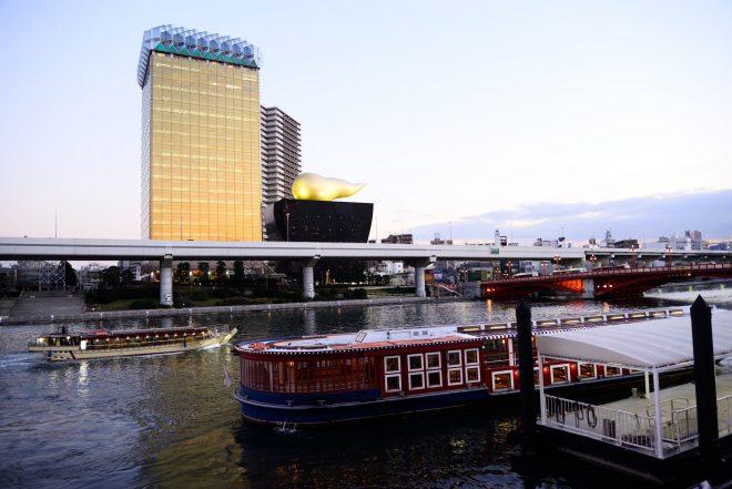 隅田川から見える街並みと屋形船