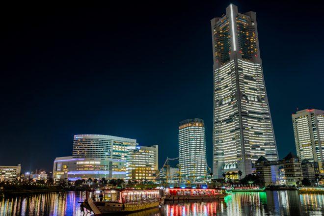 街の夜景と明かりの灯る屋形船
