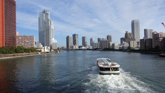 都会の街並みの中を船