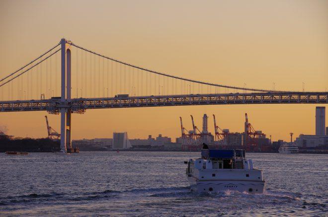 夕方の海を進む白いクルーザー