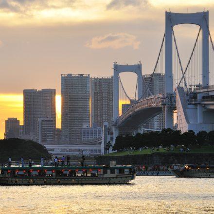 東京の街並みと数隻の屋形船