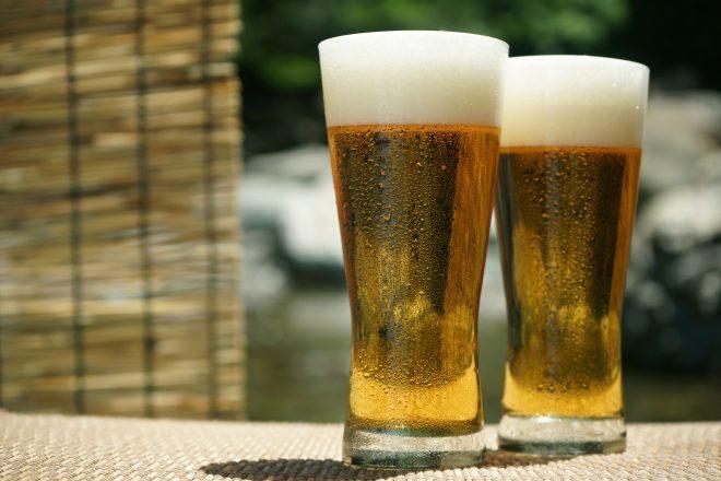 2杯のグラスビール