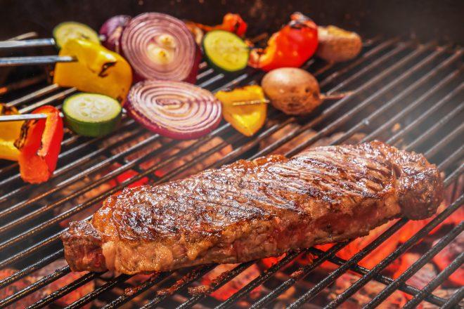 肉厚のステーキや野菜をグリルで焼く