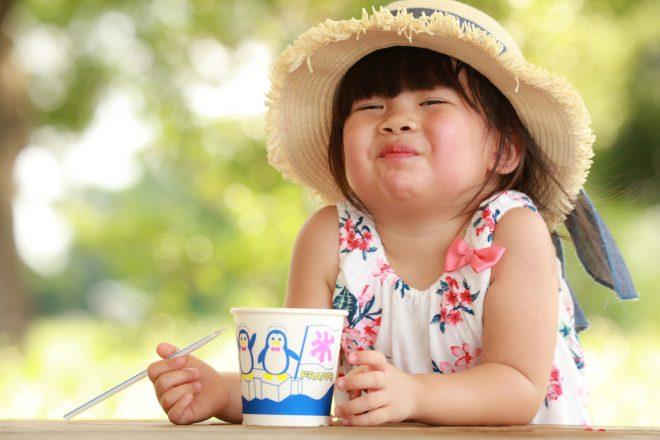 かき氷を食べる女の子