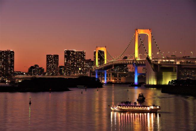 ライトアップされたレインボーブリッジと東京の夜景
