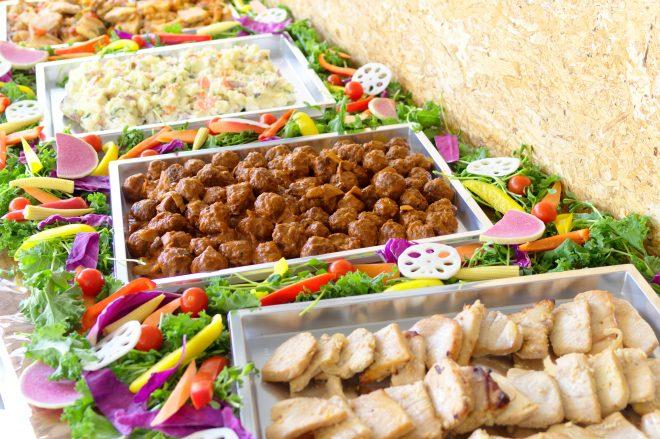 ポテトサラダや唐揚げなどのビュッフェ料理
