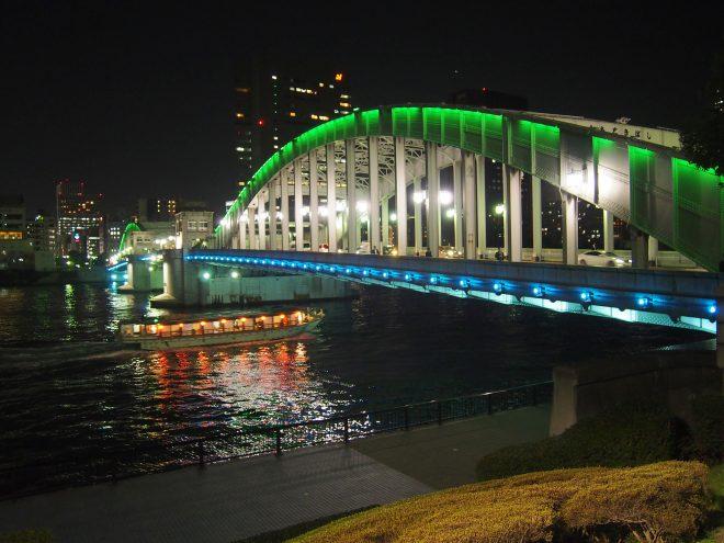 ライトアップされた橋の下を通過する屋形船
