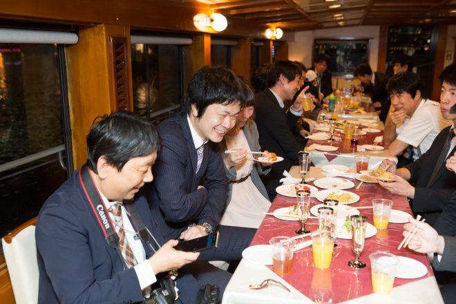 船内で食事と会話を楽しむ人たち