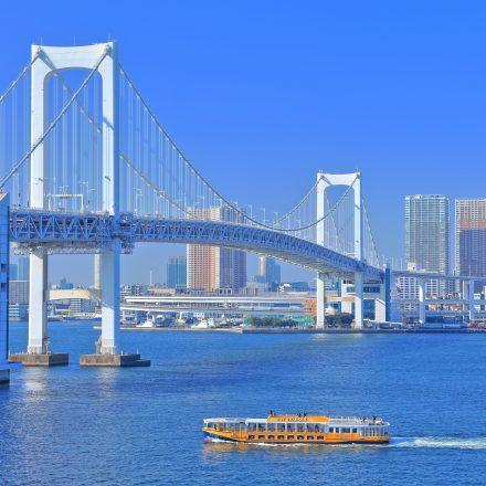晴天の東京湾とクルーザー