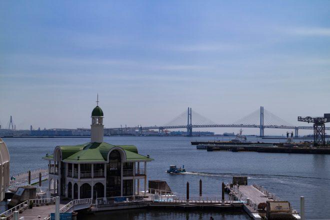 ぷかりさん橋と横浜ベイブリッジ