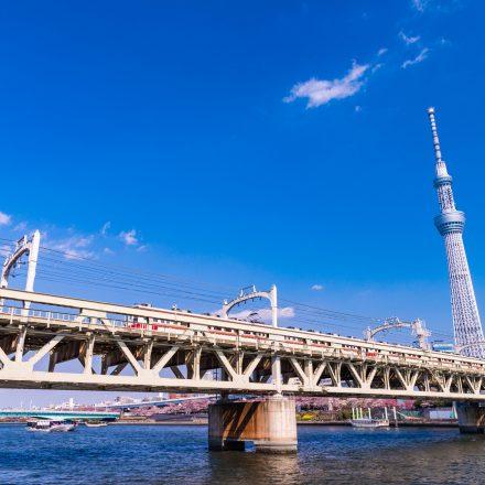 隅田川に架かる線路とスカイツリー